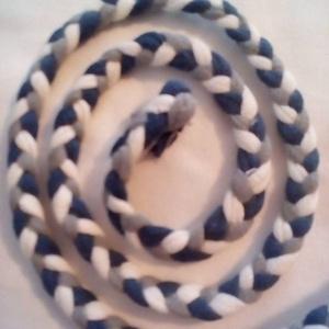 Fonat pólófonalból, Textil, Dekorációs kellékek, Fehér, szürke, és kék pólófonalból készült fonat.   Pamutpólóból készült fonalakat fontam össze, úgy..., Meska