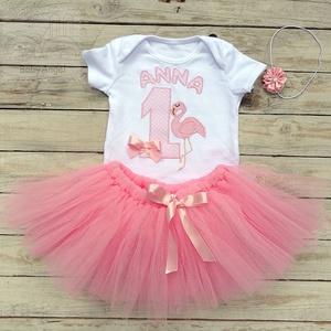 Szülinapi babaruha, tütüs szett, rózsaszín flamingó, Táska, Divat & Szépség, Gyerekruha, Ruha, divat, Gyerek & játék, Gyerek (1-10 év), Varrás, Hímzés, Egyedi öltözet a nagy napra!\n\nKétrészes tütüs szett szülinapra, fotózáshoz:\n1. Fehér alapszínű, 100 ..., Meska