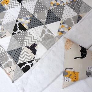 Modern patchwork BABATAKARÓ és párna, sárga, szürke, fekete, cicás, Otthon & Lakás, Lakástextil, Szett kiságyba, Varrás, Patchwork, foltvarrás, Egyedi, igényes babatakaró ajándék díszpárnával!\n\n120 db különálló háromszögből varrt modern patchwo..., Meska