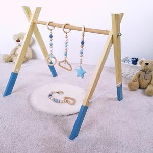 Fa játékhíd, babatornázó, Játék & Gyerek, 3 éves kor alattiaknak, Készségfejlesztő, Festett tárgyak, Gyöngyfűzés, gyöngyhímzés, Fából készült fejlesztő játék babáknak. A színes, lelógó elemek felkeltik a pici érdeklődését, a kül..., Meska