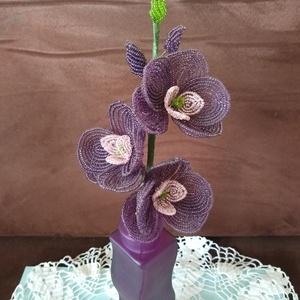 Virág gyöngyből , Csokor & Virágdísz, Dekoráció, Otthon & Lakás, Gyöngyfűzés, gyöngyhímzés, A lepkeorchideát drót és 2 mm-es kásagyöngy felhasználásával készítettem. A három  virág egyenként 8..., Meska