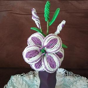 Virág gyöngyből , Csokor & Virágdísz, Dekoráció, Otthon & Lakás, Gyöngyfűzés, gyöngyhímzés, Az liliomot drót és 2 mm-es kásagyöngy felhasználásával készítettem. A virág 13 cm átmérőjű a három ..., Meska