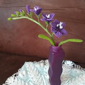 Virág gyöngyből, Csokor & Virágdísz, Dekoráció, Otthon & Lakás, Gyöngyfűzés, gyöngyhímzés, A fréziát drót és 2 mm-es kásagyöngy felhasználásával készítettem. A három virág 5 és 6 cm átmérőjű ..., Meska
