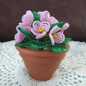 Virág gyöngyből, Csokor & Virágdísz, Dekoráció, Otthon & Lakás, Gyöngyfűzés, gyöngyhímzés, A fokföldi ibolyákat 2 mm-es kásagyöngyből fűztem, melyet 8 cm cserépbe gipsszel rögzítettem. 11 db ..., Meska