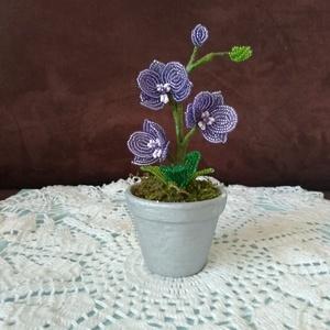 Virág gyöngyből, Csokor & Virágdísz, Dekoráció, Otthon & Lakás, Gyöngyfűzés, gyöngyhímzés, Ezt a mini orchideát 2 mm-es kásagyöngy felhasználásával fűztem. Három virágot egyenként 3,5 cm és 2..., Meska