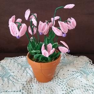 Virág gyöngyből, Csokor & Virágdísz, Dekoráció, Otthon & Lakás, Gyöngyfűzés, gyöngyhímzés, A cikláment drót és 2 mm-es kásagyöngyből készítettem. A kompozíciót 11 db 4 cm  átmérőjű virág és 5..., Meska