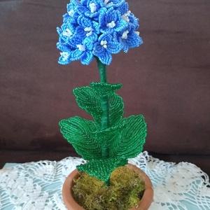 Virág gyöngyből, Csokor & Virágdísz, Dekoráció, Otthon & Lakás, Gyöngyfűzés, gyöngyhímzés, A hortenziát drót és 2 mm-es kásagyöngyből készítettem. A kompozíciót egy 10 cm  átmérőjű virág és 7..., Meska