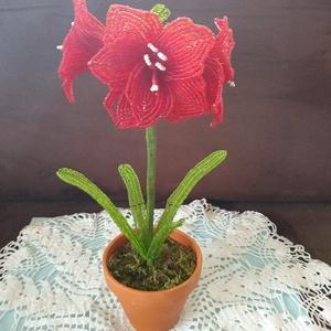 Virág gyöngyből, Csokor & Virágdísz, Dekoráció, Otthon & Lakás, Gyöngyfűzés, gyöngyhímzés, Az amarilliszt drót és 2 mm-es kásagyöngyből készítettem. A kompozíciót 3 db  9 cm  átmérőjű virág e..., Meska