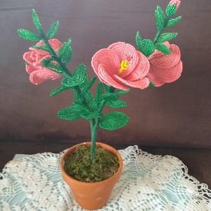 Virág gyöngyből, Csokor & Virágdísz, Dekoráció, Otthon & Lakás, Gyöngyfűzés, gyöngyhímzés, A hibiszkusz virágot drót és 2 mm-es kásagyöngyből készítettem. A kompozíciót két ágon 3 db 8 cm  át..., Meska
