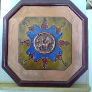 Tűzzománc kép cizellált szárnyas oroszlán középpel, Otthon & Lakás, Kép & Falikép, Dekoráció, A képen egy cizellált réz korong van középen. Rekeszzománc technikával ékszerzománccal készült. Mére..., Meska