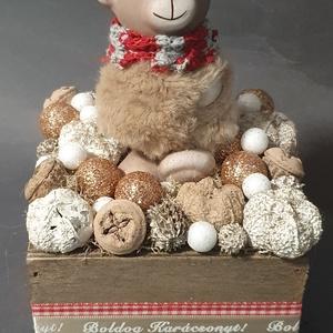 Bolyhos medve asztaldísz , Otthon & Lakás, Karácsony & Mikulás, Karácsonyi dekoráció, Virágkötés, 11x11cm-es fa alapra épült,  magassága kb18cm, Meska