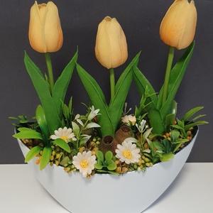 Tavaszváró, Otthon & Lakás, Dekoráció, Asztaldísz, Virágkötés, Élethű tulipánokkal. Mérete: 21x25cm, Meska
