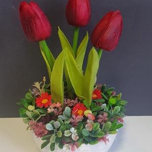 Tavaszi asztaldísz kerámiában , Otthon & Lakás, Dekoráció, Asztaldísz, Virágkötés,  Élethű tapintású tulipánnal a középpontban. \nMérete: 15x24cm, Meska