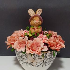 Virágos asztaldísz , Otthon & Lakás, Dekoráció, Asztaldísz, Virágkötés, Kerámia tálra épült,  tele virággal, kerámia nyuszival.\n20x20cm, Meska