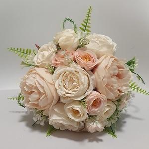 Menyasszonyi örök csokor, Esküvő, Menyasszonyi- és dobócsokor, Menyasszonyi- és dobócsokor, Virágkötés, Barack és krém színű selyemvirágokból készült.\nA szár 13cm, teljes egészében 26cm.\nÁtmérője a virágo..., Meska