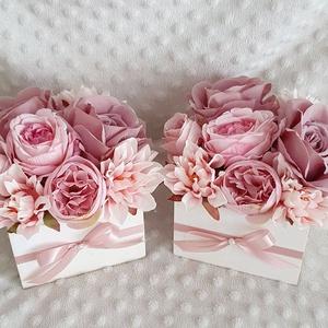 Szülőköszöntő virágos láda, Esküvő, Emlék & Ajándék, Szülőköszöntő ajándék, Virágkötés, 11x11cm-es fa láda az alapja, díszítve 14cm magas és 17cm az átmérője. \nVálasztható táblával.\nBármil..., Meska