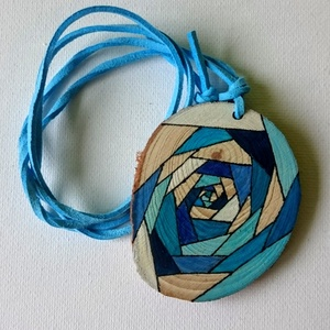 Geometrikus örvény fa korong nyaklánc (bagyonreni) - Meska.hu