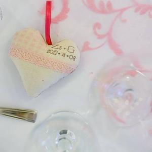 Esküvői köszönőajándék - levendulás szív, Esküvő, Meghívó, ültetőkártya, köszönőajándék, Hímzés, Varrás, Saját tervezésű és kivitelezésű textil szívecskék. Ezekre a pár monogramja, az esküvő dátuma és apró..., Meska