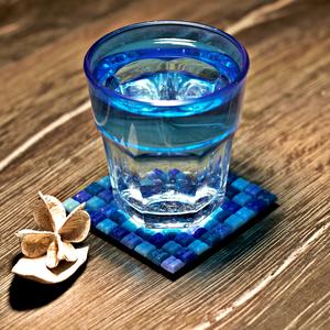 Kék Poháralátét, Dekoráció, Otthon & lakás, Dísz, Lakberendezés, Asztaldísz, Mozaik, Festett tárgyak, Saját kezűleg készített, a kék és a lila árnyalataiban pompázó kövekből kirakott poháralátétet látod..., Meska