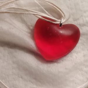 Szív nyaklánc, Ékszer, Nyaklánc, Y nyaklánc, Ékszerkészítés, Piros szív alakú műgyanta nyaklánc hó fehér organza medál alappal együtt vásárolható meg. Az egyszer..., Meska