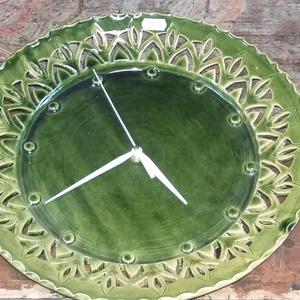 Zöld kerámia óra , Otthon & Lakás, Konyhafelszerelés, Sütő- és főzőedény, Zöld  áttört mintás kerámia óra . Átmérő  kb .30 cm   Postázása csakis törékenyként megoldható .   ..., Meska