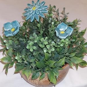 Kék virágos asztali dísz ,barna kerámia kaspóban , Otthon & Lakás, Konyhafelszerelés, Sütő- és főzőedény, Kerámia, Kék virágos asztali dísz  ,barna  egyedi kerámia tartóban.  3 db kék virággal \n\nPostázása törékenyké..., Meska