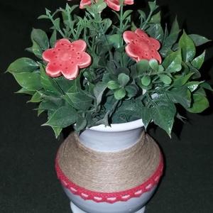 Piros virágos asztali dísz fehér kerámia vázában , Otthon & Lakás, Konyhafelszerelés, Sütő- és főzőedény, Piros  virágos asztali dísz  ,fehér kerámia vázában   3 db piros virággal   Postázása törékenyként m..., Meska