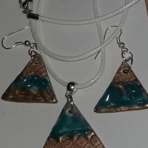 Kerámia ékszer szett 1, Ékszer, Ékszerszett,   Háromszög alakú  Antik hatású kerámia ékszer szett. Egy nyaklánból és egy pár fülbecalóból áll.  ..., Meska