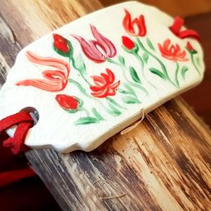 Piros hagyomány kerámia karkötö, Ékszer, Karkötő, Kerámia, Ékszerkészítés, Fehérre égő agyagból készítettem. Mázazás után porcelánfestékkel festettem magyaros motívumokat. A k..., Meska
