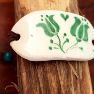 Zöld és hagyomány kerámia karkötő, Ékszer, Magyar motívumokkal, Táska, Divat & Szépség, Kerámia, Ékszerkészítés, Fehérre égő agyagból készítettem . Átlátszó mázzal láttam el , majd zöld porcelánfestékkel  magyaros..., Meska