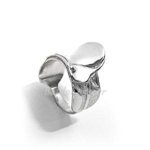 Ezüst nyereg gyűrű, Ékszer, Gyűrű, Figurális gyűrű, Ötvös, Ezüst nyereg gyűrű\n\nszélessége: 19 mm\n\nGyűrű mérete tetszőlegesen választható.\n\nkészítési idő 10-14 ..., Meska