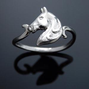 Ezüst lófej gyűrű, Ékszer, Gyűrű, Figurális gyűrű, Ötvös, Ezüst lófej gyűrű\nszélessége: 11 mm\nGyűrű mérete tetszőlegesen választható.\n\nkészítési idő 10-14 nap..., Meska