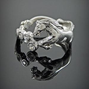 Ezüst köves lovas gyűrű, Ékszer, Gyűrű, Figurális gyűrű, Ötvös, Ezüst lovas gyűrű 3 db cirkóniával\nszélessége: 11 mm\nGyűrű mérete tetszőlegesen választható.\n\nkészít..., Meska