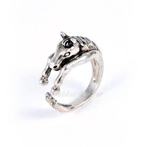 Ezüst nyitott ló gyűrű, Ékszer, Gyűrű, Figurális gyűrű, Ötvös, Ezüst nyitott ló gyűrű\n\nszélessége: 10 mm\nmagassága: 8 mm\nGyűrű mérete tetszőlegesen választható.\n\nk..., Meska
