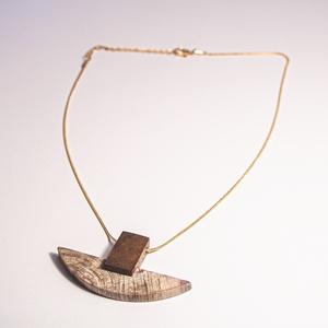 B 31 Félkör alakú, megkövesedett fából és mahagóniból készített medálos aranyozott lánc, Ékszer, Nyaklánc, Medálos nyaklánc, Famegmunkálás, Kőfaragás, Aranyozott fém láncon lógó, fa fosszíliából és mahagóni fából csiszolt medálos lánc.\nKerülete: 42 cm..., Meska