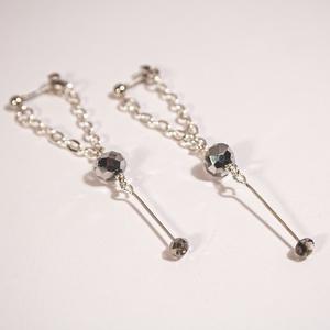 B 127 Ezüstözött láncos fülbevaló, Ékszer, Fülbevaló, Lógós fülbevaló, Ékszerkészítés, Üvegművészet, Különleges megoldású ezüstözött láncból és ezüst színű üvegkristályból készült lógós fülbevaló.\n\n4 g..., Meska