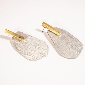 B 130 Aranyozott réz és borzolt alumínium fülbevaló, Ékszer, Fülbevaló, Lógó csepp fülbevaló, Ékszerkészítés, Üvegművészet, Kézzel készült réz hasáb fülbevaló learanyozva, amelyről különlegesen felületkezelt alumínium lap ló..., Meska