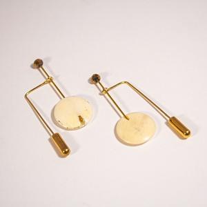 B 133 Különleges lógós fülbevaló csontból, aranyozott szerelékkel, Ékszer, Fülbevaló, Lógó fülbevaló, Ékszerkészítés, Üvegművészet, A fülbevaló újdonsága az, hogy az átdugott rész végére egy kalaptű-vég kerül. Elöl egy független rúd..., Meska