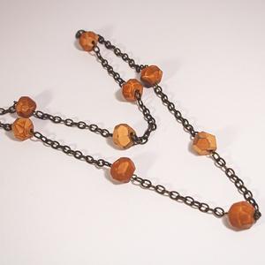 B 137 Csiszolt terrakotta gyöngyös bronz lánc, Ékszer, Nyaklánc, Hosszú nyaklánc, Ékszerkészítés, Kőfaragás, Régebbi bronz lánc közé szerelt, egyenként, kézzel csiszolt kerámia gyöngyök. Kicsit őszies.\n\n60 cm,..., Meska