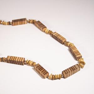 B 149 Hosszú nyaklánc zebránó fából és gyöngyház kavicsból., Ékszer, Nyaklánc, Famegmunkálás, Ékszerkészítés, Egyedi, kézzel csiszolt egzotikus fa hasábokból fűzött hosszabb nyaklánc, gyöngyház közgyöngyökkel...., Meska