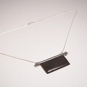 B 193 Mahagóni medálos ezüstözött réz lánc , Ékszer, Nyaklánc, Medálos nyaklánc, Ékszerkészítés, Famegmunkálás, Kézzel csiszolt mahagóni medál ezüstözött réz befoglalással, ezüstözött láncon, amely 40 cm hosszú...., Meska