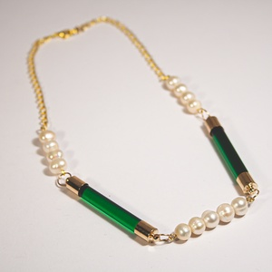 B 223  Zöld üvegrúd nyaklánc tenyésztett gyöngyökkel, Ékszer, Nyaklánc, Statement nyaklánc, Ékszerkészítés, Üvegművészet, Zöld üvegrúdakból és tenyésztett gyöngyökből szerelt nyaklánc, aranyozott réz kiegészítőkkel. 40 cm...., Meska