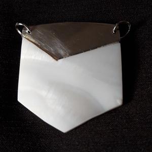 É 179 Ezüst medál gyöngyházzal, Ékszer, Nyaklánc, Medál, Ékszerkészítés, Kőfaragás, Régi, hordhatatlan ezüst medálból újjáalkotott darab. A szétfűrészelt ezüsthöz csiszoltam hozzá a gy..., Meska