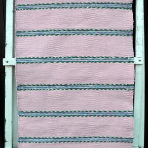 Rózsaszínű levélmintás szőnyeg., Lakberendezés, Otthon & lakás, Lakástextil, Szőnyeg, Szövés, Kézi szövéssel készült ez a rózsaszín szőnyeg.\nA zöld levelek között, egy pár sor virágmintás csík v..., Meska