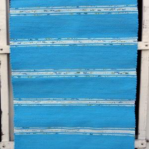 Kék szőnyeg 2., Lakberendezés, Otthon & lakás, Lakástextil, Szőnyeg, Szövés, Kézi szövéssel készült ez a rongyszőnyeg.\nKözépkék az alapszín, világoskék mintás csíkokkal.\nJó erős..., Meska