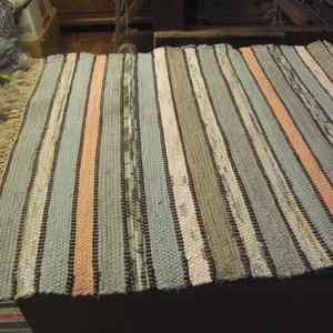 Fakó zöld, Lakberendezés, Otthon & lakás, Lakástextil, Szőnyeg, Szövés, Kézi szövéssel készült ez a rongyszőnyeg.\nZöldes-barnás-színes csíkokból készült ez a szőnyeg, elvál..., Meska