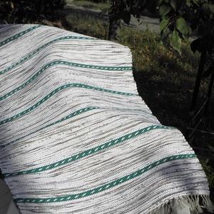 Zöld sodrott mintás., Szőnyeg, Lakástextil, Otthon & Lakás, Szövés, Kézi szövéssel készült ez a rongyszőnyeg.\nA fehér és zöld melírozott szőnyeget zöld sodrott mintával..., Meska