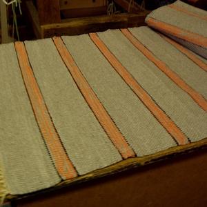 Egyszerű drapp szőnyeg., Otthon & lakás, Lakberendezés, Lakástextil, Szőnyeg, Szövés, Nagyapámtól örökölt 200 éves szövőszéken készítettem ezt a rongyszőnyeget.\nDrapp az alapszín, barna ..., Meska