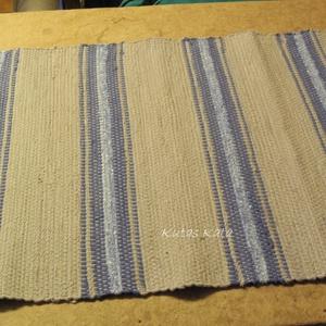 Drapp szőnyeg, kék csíkkal. 46 cm. KESKENY, Szőnyeg, Lakástextil, Otthon & Lakás, Szövés, Régi takács szövőszéken szőttem ezt a szőnyeget.\nSzéles drapp az alapszín, amit kétféle kék árnyalat..., Meska
