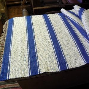 Kék cirmos szőnyeg, középkék csíkokkal., Szőnyeg, Lakástextil, Otthon & Lakás, Szövés, Kézi szövéssel készült ez a rongyszőnyeg.\nFehér-kék cirmos az alapszín, \negyforma távolságban középk..., Meska